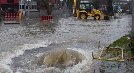 İzmirde sağanak yağış hayatı felç etti