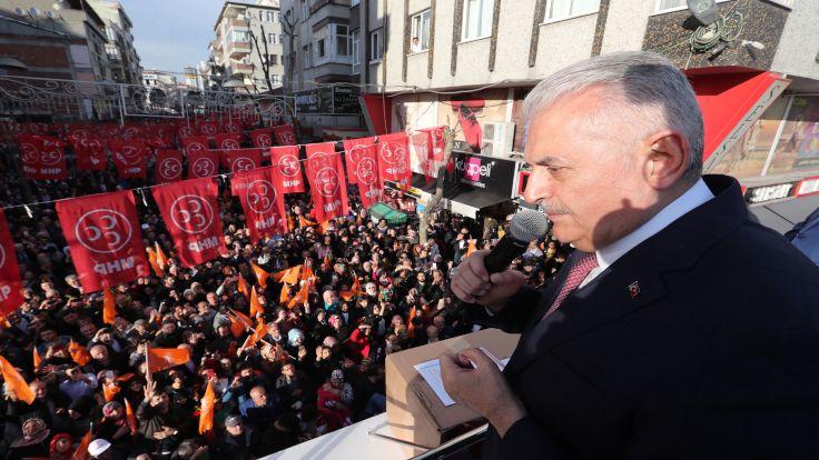 AK Parti İstanbul Büyükşehir Belediye Başkan Adayı Binali Yıldırım, Bağcılar'da vatandaşlara hitap etti. ( AK Parti / Hakan Göktepe - Anadolu Ajansı )