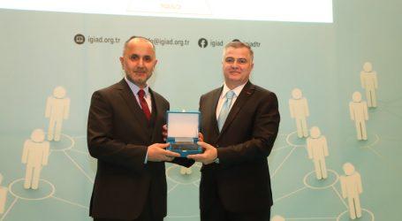 """İGİAD """"Yılın Girişimcisi Ödülü"""" HRPeak Ceo'su Burhan Koca'ya Verildi."""