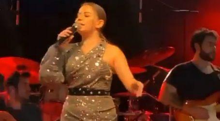 Merve Özbey Barış Manço'yu Konserinde Unutmadı